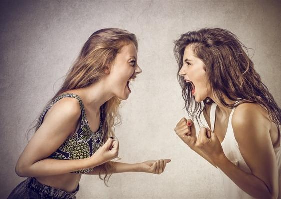 Fanfic / Fanfiction Confissões de uma ex adolescente - Capítulo 2 - Ela não é minha amiga, é só minha prima!