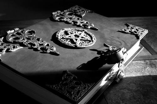 Fanfic / Fanfiction Entre Demônios - Capítulo 5 - Book Of Witches?