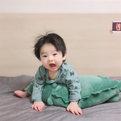 Fanfic / Fanfiction Manual de como ser um bom pai (Au! Changjin) - Capítulo 2 - Lição um: não cutucar a barriga do bebê enquanto ele come