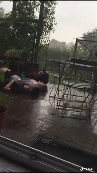 Fanfic / Fanfiction Kiss in the rain. - Capítulo 1 - Único.